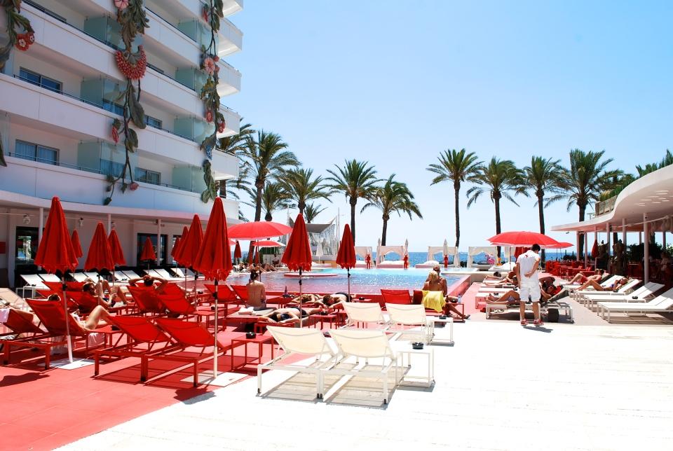 Ushuaia-Ibiza-pool-area